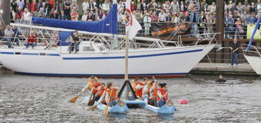 Jedes Jahr auf's Neue begeistern die Teams mit ihren kreativen Pappbooten und sorgen für viel Spaß – an Land und auf dem Wasser. Archivfoto: Barth