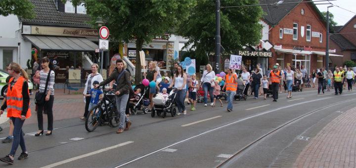 Rund 150 Menschen gingen Dienstagnachmittag mit der Forderung nach mehr Kinderbetreuungsangeboten in Lilienthal auf die Straße. Foto: Möller