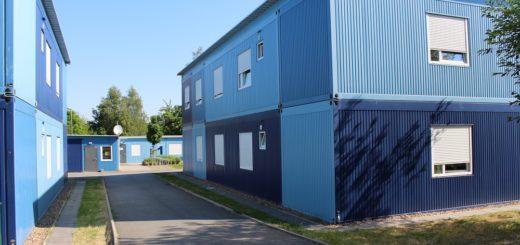 Das blaue Dorf an der Steingutstraße ist eines von 33 Übergangswohnheimen in Bremen. Die Baugenehmigung für den Komplex läuft im kommenden Jahr aus. Foto: Harm