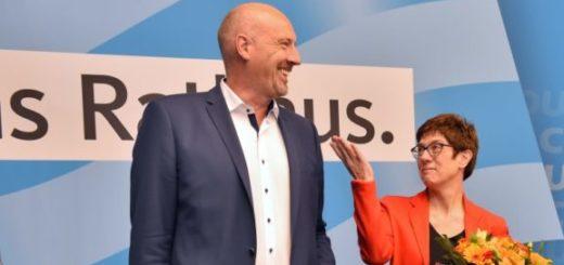 CDU-Generalsekretärin Annegret Kramp-Karrenbauer und der Bremer Landesvorsitzende Jörg Kastendiek gratulieren Cartsten Meyer-Heder nach dessen Wahl zum Spitzenkandidaten für die Bürgerschaftswahl 2019. Foto: Schlie