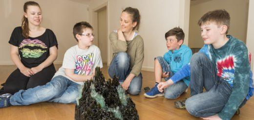 Vor allem diese gläserne Kunstwerke faszinierten die jungen Besucher im Haus Coburg. Foto: Meyer