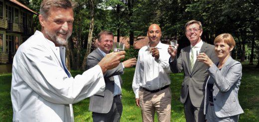 Chefarzt Dr. Ales Stanek und Krankenhausgeschäftsführer Florian Friedel (1. und 2. von links) stoßen mit dem neuen günstigen Wasser mit Vertretern der Antares-Apotheke auf eine noch bessere medizinischen Versorung der Patienten im Josef-Hospital Delmenhorster an.Foto: Konczak