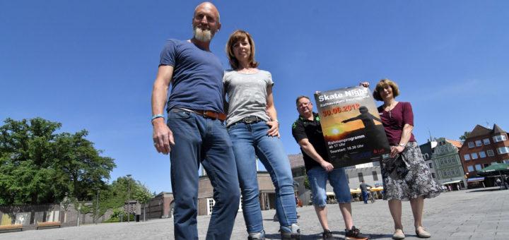 Happy Skater-Geschäftsführer Jens Heeren (vorne), Ines Ritter (dwfg), die Sponsoren Manfred Imhoff (Sport Duwe) und Anke Iben (LzO) hoffen auf einen regen Zuspruch zur ersten Delmenhorster Skate-Night.Foto: Konczak