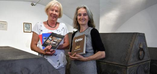 Herta Hoffmann (l.) und Barbara Stolberg gehen bei den diesjährigen Kirchenführungen einigen Objekten genauer auf den Grund.Foto: Konczak