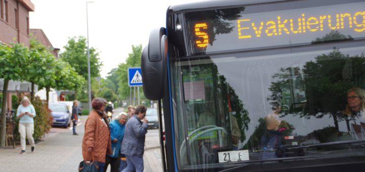 Zur Evakuierung der Bewohner im betroffenen Gebiet wurden auch Busse eingesetzt. Foto: gri