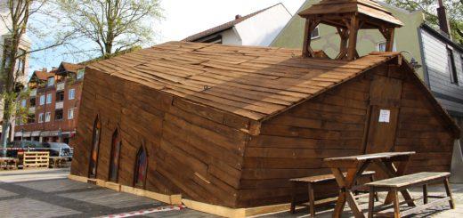 Das hölzerne Konstrukt im Stile einer Kirche ist einer wahrer Hingucker auf dem Marktplatz in Blumenthal. Foto: Harm