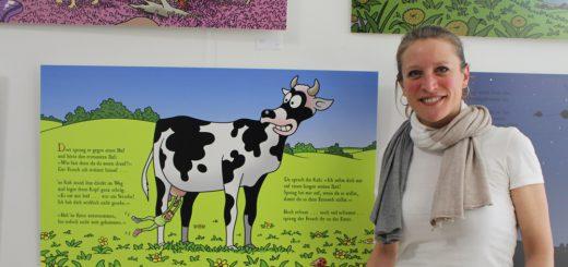 Auf zwölf Exponaten ist das Kinderbuch des Karikaturisten Tetsche und seines Sohnes in der Havengalerie ausgestellt. Das erfreut nicht nur Kinder, sondern auch Inhaberin Dijana Nukic. Foto: Harm
