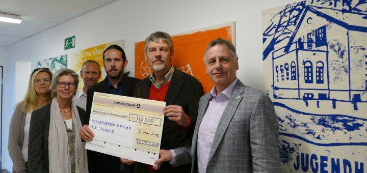 Ernst Schaffarzyk (Präsident des Rotary Club Delmenhorst) und sein Clubkollege, Rainer Ochmann (5. und 6. v. li.), überreichten ihren Spendenscheck am Donnerstag im Fachdienst Jugendarbeit. Foto: Suhren