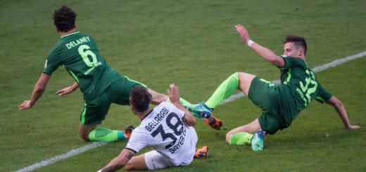 Werders Thomas Delaney (links) und Marco Friedl im Kampf um den Ball gegen Karim Bellarabi Foto: Nordphoto
