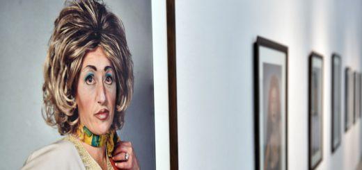 Zu viel Schminke, zu viel Bräune, zu viel Sexappeal: Was einige Frauen mittleren Alters tun, um ihre Jugendlichkeit vermeintlich zu unterstreichen hat Cindy Sherman in ihren Werken fotografisch überspitzt. Foto: Schlie
