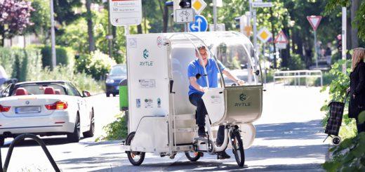 Testfahrt am Schwachhauser Ring: Rytle-Geschäftsführer Arne Kruse demonstriert die Alltagstauglichkeit des patentierten Lastenfahrrades. Foto: Schlie