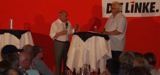 Abwechselnd interviewten Experten den Linken-Politiker. Unser Foto zeigt, wie Gregor Gysi auf die Fragen des Pflegedienstinhabers Ingo Knoop antwortet. Foto: Möller