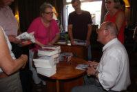 """Am Ende der Veranstaltung signierte Gregor Gysi am Büchertisch der """"Schatulle"""" noch seine Bücher."""