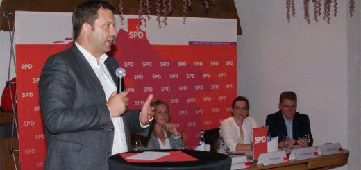 """Die SPD müsse wieder als eine zuversichtliche Partei wahrgenommen werden, so SPD-Generalsekretär Lars Klingbeil (links) am Donnerstagabend beim SPD-Kreisparteitag im """"Heidkrug"""" in Buschhausen. Foto: Möller"""