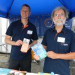 Jörn Hanisch und Martin Enderle (von links) vom ADFC informieren auf dem Freigelände über die schönsten Radtouren in der Region. Foto: Bosse
