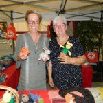 Brunhilde Rühl und Renate Tiemann (von links) verkaufen am Stand der DRK-Basargruppe unter anderem Socken und selbstgemachte Werder-Teddys. Foto: Bosse