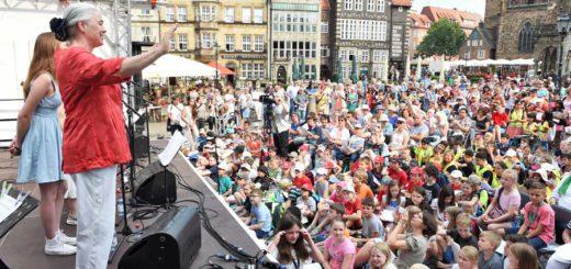 Blick auf den Bremer Marktplatz mit vielen Menschen.