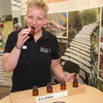 Barbara Norden wirbt für die Region Natur- und Erlebnispark Bremervörde. Neben Prospektmaterial gibt es auch die Möglichkeit, sich auf einen Riechpfad zu begeben. Foto: Möller