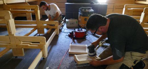 Handwerker machen den Saunabereich in der Grafttherme wieder schick. Auch die Saunen, Sitzbänke und Liegen bekommen eine Grundreinigung. Foto: Suhren