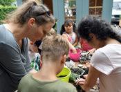 Katrin Seithel und eine Hortgruppe von der Kita Süd fertigen Samenbomben an. Foto: Konczak