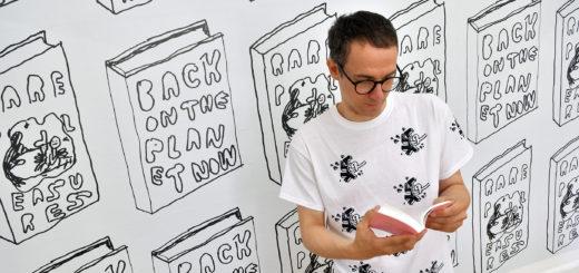 """Der Crossover-Künstler Stefan Marx legt seine Erinnerungen visuell in kleinen Suhrkamp-Notizheftchen ab. Als Poster sind einige Zeichnungen im """"Memory-Palace"""" – im Haus Coburg – sowie auf vielfältigen Oberflächen in der Remise zu sehen.Foto: Konczak"""