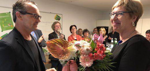 Von Anfang an, seit nunmehr 40 Jahren, gehört Diplom-Psychologin Gisela Dossin der Familienberatungsstelle an. Dazu gratulierte SOS-Kinderdorfleiter Joachim Schuch. Foto: Bosse