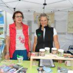Vom Hankenhof aus Filsum sind Carmen Hanken und Ilse Cloppenburg (von rechts) angereist, um für Gesundes aus der Natur für Pferd und Hund zu werben. Foto: Bosse