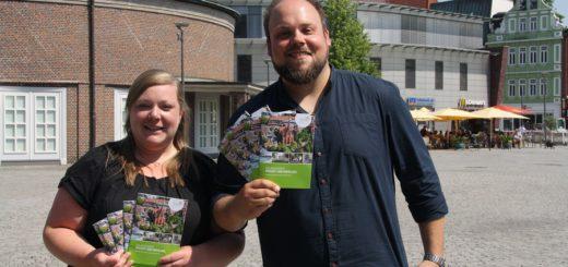 Claudia Schnier und Eyke Swarovsky von der dwfg stellen die neue Imagebroschüre vor. Foto: nba
