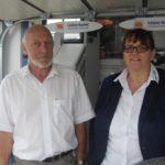 Heinz und Helga Lütjen von der Lütjen GmbH bieten Interessenten Aktionsangebote für Garagentore und Elektroantriebe zum Nachrüsten. Foto: de Haan