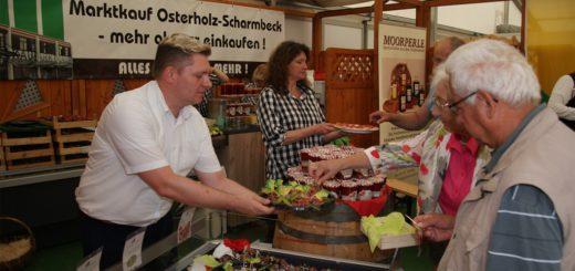Marktkauf-Marktleiter Mischa Ludwig reicht gerne Probierhäppchen an interessierte Messebesucher. Am Stand von Marktkauf wird Appetit auf leckere Käsesorten gemacht und es gibt dort auch frisch gekochte Erdbeermarmelade. Foto: Möller