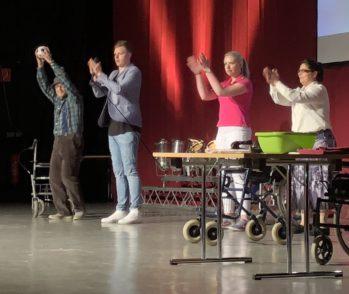 """Zum Partysong """"Rock mi"""" der Gruppe Voxxclub animierten die Auszubildenden des Senioren- und Pflegeheims """"Haus Vivere"""" aus Neuenkirchen nicht nur Moderator Malte Völz (Zweiter von links) zum Mittanzen. Auch im Publikum hielt es kaum einen Schüler auf seinem Sitz.  Foto: Bosse"""