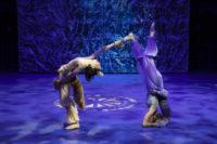Maelenne Le Dorze und Gabrune Sablinskaite tanzen das Märchen von Fuchs und Wolf. Foto: Stephan Walzl