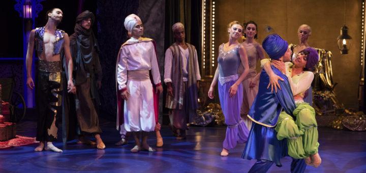Umringt von mächenhaften Figuren tanzen Timothée Cuny (Sultan) und Adi Hanan (Scheherazade) miteinander. Foto: Stephan Walzl