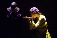 Die Tänzerin Adi Hanan macht den verspielt, unbedarften Charakter der Scheherazade mit ihren Bewegungen sichtbar. Foto: Stephan Walzl