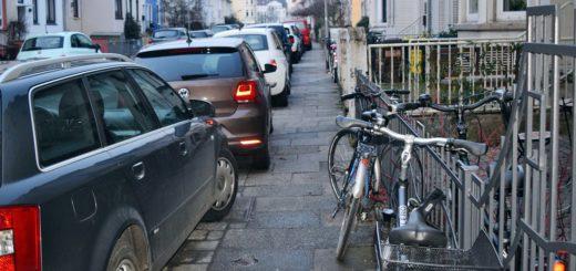 Kein Durchkommen mehr: Wenn Autos auf dem Fußweg parken und dort dann auch noch Fahrräder abgestellt werden, müssen Menschen mit Rollstuhl, Rollator oder Kinderwagen häufig auf die Fahrbahn ausweichen. Foto: Mader
