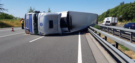 Nach einem Lkw-Unfall auf der A1 behinderten Gaffer die Rettungsarbeiten. Foto: Polizeiinspektion Verden/Osterholz