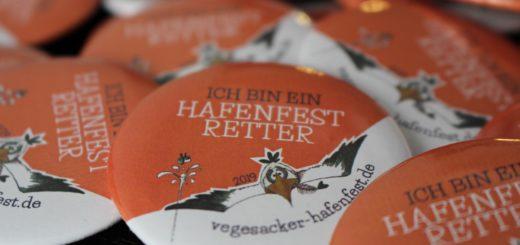 """""""Ich bin ein Hafenfest-Retter"""" – wer einen dieser Buttons kauft, hilft dem Hafenfest-Verein bei der Finanzierung. Foto: Harm"""