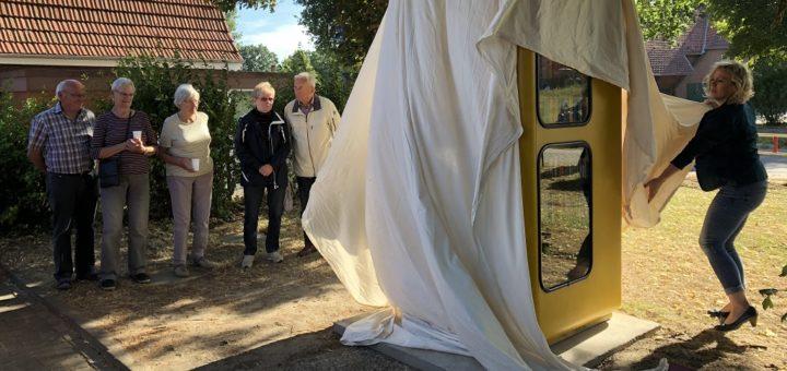 Im Beisein von rund 40 Pennigbüttelern enthüllte Ortsvorsteherin Martina de Wolff (rechts) am Freitagabend die neue Bücherzelle auf dem Gelände der örtlichen Grundschule. Foto: Bosse
