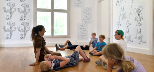 Die Besucher einer speziellen Führung für Kinder im Haus Coburg, guckten sich nicht nur einfach die Zeichnungen von Stefan Marx an, sondern legten sie zum Teil mit Hilfe von Seilen nach. FotUngewöhnliche Perspektive in der Ausstellung mit Zeichnungen von Stefan Marx . Foto: Konczako: Konczak