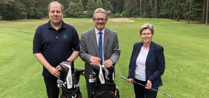 Clubpräsident Thore Meyer, Landrat Bernd Lütjen und Ute Rabenaldt (von links) vom Amt für regionale Landesentwicklung in Lüneburg stellten am Freitag die Modernisierungspläne auf der Golfanlage in Giehlermühlen vor. Foto: Bosse