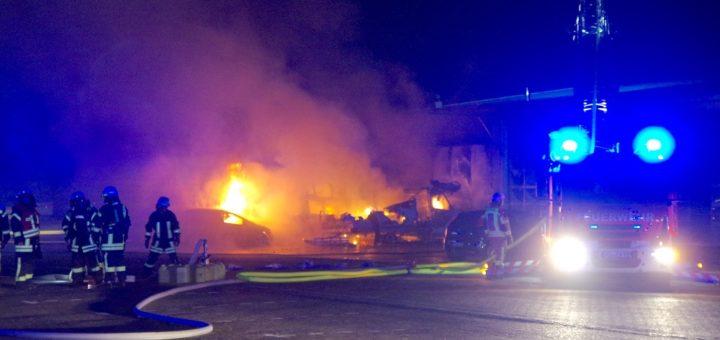 Ein Wohnmobil sowie ein Transporter brannten komplett aus, drei Pkw wurden zum Teil stark beschädigt. Foto: Günther Richter