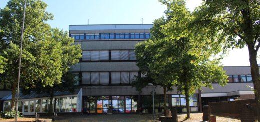 Am Schulzentrum Alwin-Lonke-Straße hat es im November 2017 gebrannt und einige Räume sind seitdem nicht mehr nutzbar. Zum Start des neuen Schuljahrs soll nun die Mobilbauanlage mit Ersatzräumen stehen. Foto: Harm
