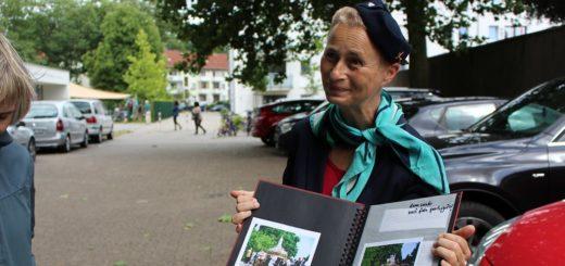 Als Stewardess Anke führt Andrea Munjic die Teilnehmer durch Gröpelingen. Die Reise führt unter anderem nach Portugal, Italien und Afrika – zumindest thematisch. Foto: Harm