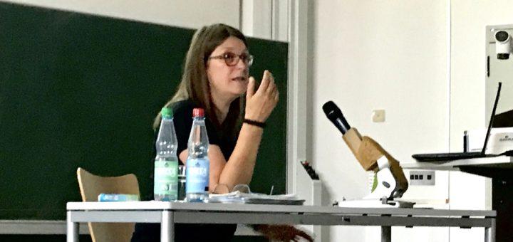 """Andrea Röpke klärt über die Rolle der Frauen in """"völkischen Netzwerken"""". Foto: Beinke"""