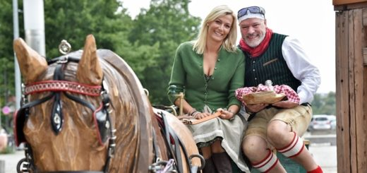 Nina Renoldi und Luigi (55), Zeremonienmeister auf der Königsalm. Foto. Schlie