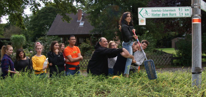 Teilnehmerinnen und Teilnehmer eines vom Verein Naturkultur im ehemaligen Pfauenhof organisierten internationalen Seminars halfen Freitagnachmittag bei einer vom Runden Tisch organisierten Säuberungsaktion der Garlstedter Orts- und Straßenschilder mit. Foto: Möller