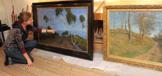 """Museumsleiterin Katja Pourshirazi wirft noch einen Blick auf das Gemälde """"Abend im Moor"""". Heute wird das Werk mit 13 weiteren abgeholt und nach Stockholm transportiert. Foto: Harm"""