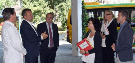 Krankenhauschef Florian Friedel und der Erste Stadtrat Markus Pragal begrüßten die Ministerin im JHD.Foto: Konczak