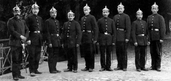 Nach der Reform des Nachtwachenwesens verrichteten im Jahr 1903 acht Nachtwächter und ein Oberwächter ihren Dienst auf den nächtlichen Straßen.Foto: Stadtarchiv Delmenhorst