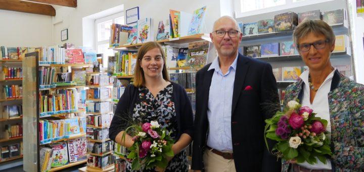 Abschied und Willkommen zugleich: Holger Lebedinzew übergab die Leitung der Bücherei in Wüsting von Rita Claußen an Marita Schecke (links). Foto: Suhren